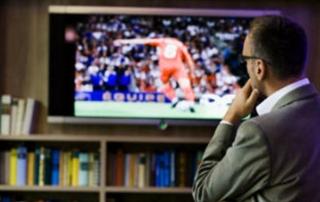 Persona viendo vídeo en pantalla
