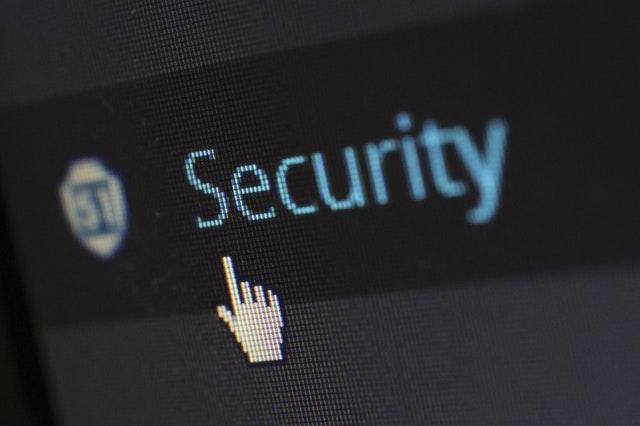 Ordenador con la palabra seguridad. Seguridad y posicionamiento SEO